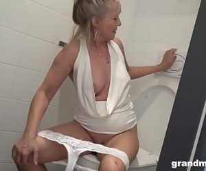 Блондинка Бабушка Ставит туалет